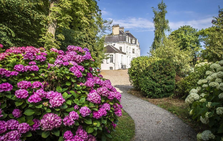 golf-expedition-golf-reizen-frankrijk-regio-pas-de-calais-hotel-cléry-paarse-bloeen-entree-naar-hotel.jpg