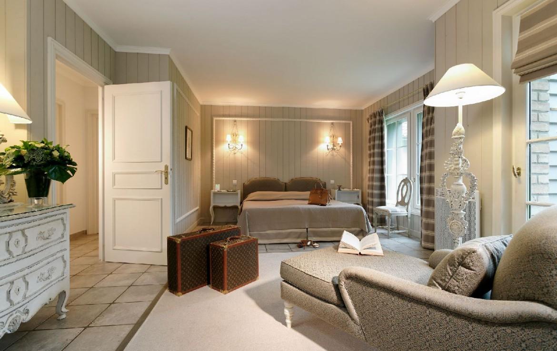 golf-expedition-golf-reizen-frankrijk-regio-pas-de-calais-hotel-cléry-slaapkamer-met-ligstoel-koffers-kast.jpg
