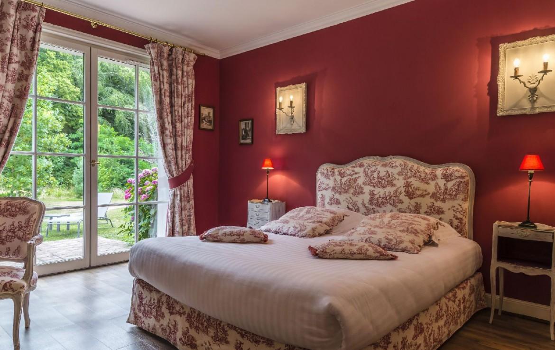 golf-expedition-golf-reizen-frankrijk-regio-pas-de-calais-hotel-cléry-slaapkamer-met-rode-meubels-en-schuifdeur.jpg