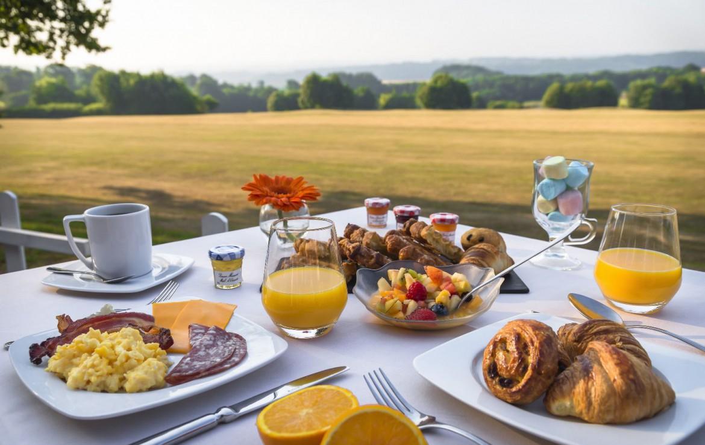 golf-expedition-golf-reizen-frankrijk-regio-pas-de-calais-hotel-du-golf-aa-de-saint-omer-frans-ontbijt-met-landschap.jpg