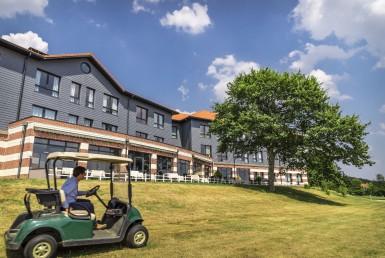 golf-expedition-golf-reizen-frankrijk-regio-pas-de-calais-hotel-du-golf-aa-de-saint-omer-golfer-met-golfkar-rijdt-langs-hotel.jpg