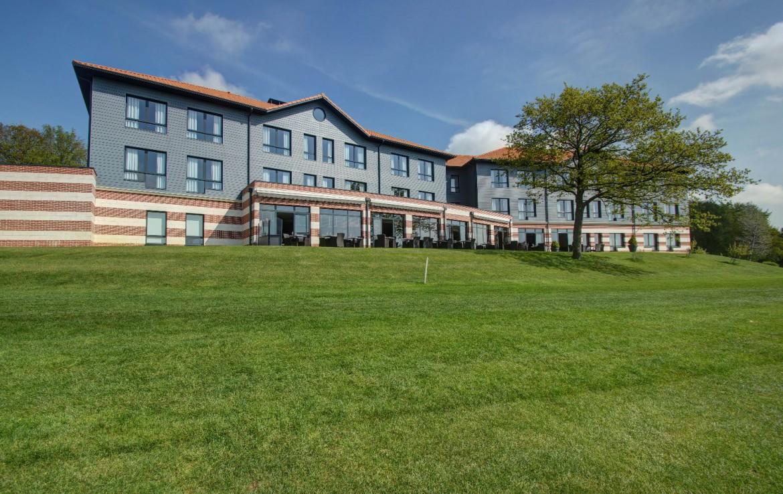 golf-expedition-golf-reizen-frankrijk-regio-pas-de-calais-hotel-du-golf-aa-de-saint-omer-hotel-voorkant-grasveld.jpg