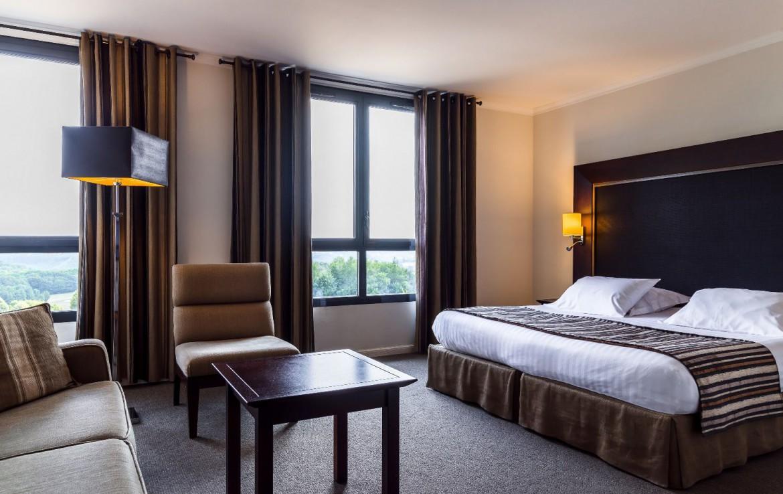 golf-expedition-golf-reizen-frankrijk-regio-pas-de-calais-hotel-du-golf-aa-de-saint-omer-slaapkamer-met-bank-en-stoel.jpg