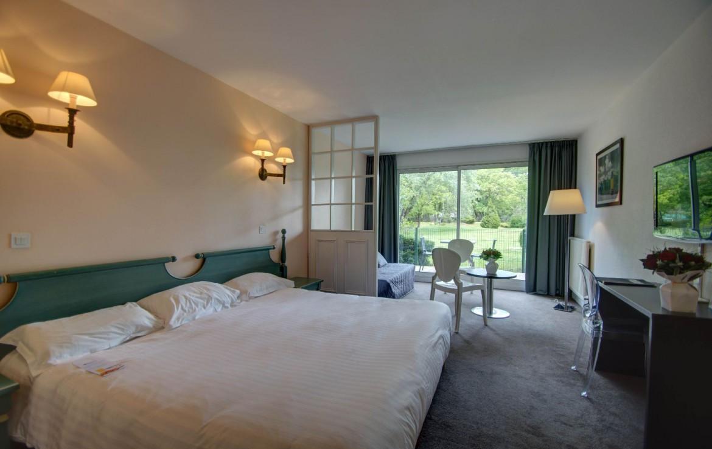 golf-expedition-golf-reizen-frankrijk-regio-pas-de-calais-hotel-du-parc-modern-ingerichte-slaapkamer-wit-balkon.jpg