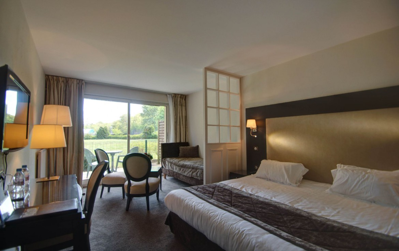 golf-expedition-golf-reizen-frankrijk-regio-pas-de-calais-hotel-du-parc-slaapkamer-drie-personen-bureau-zit-gedeelte.jpg
