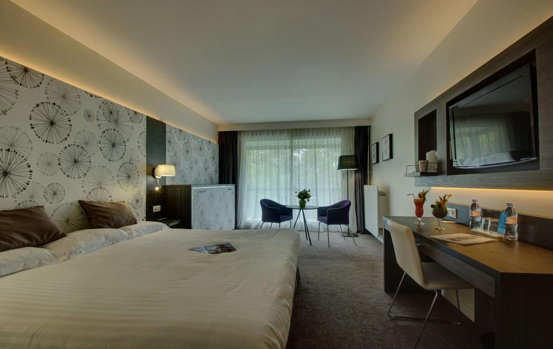 golf-expedition-golf-reizen-frankrijk-regio-pas-de-calais-hotel-du-parc-slaapkamer-twee-personen-bureau-stoelen-tafel-uitzicht.jpg