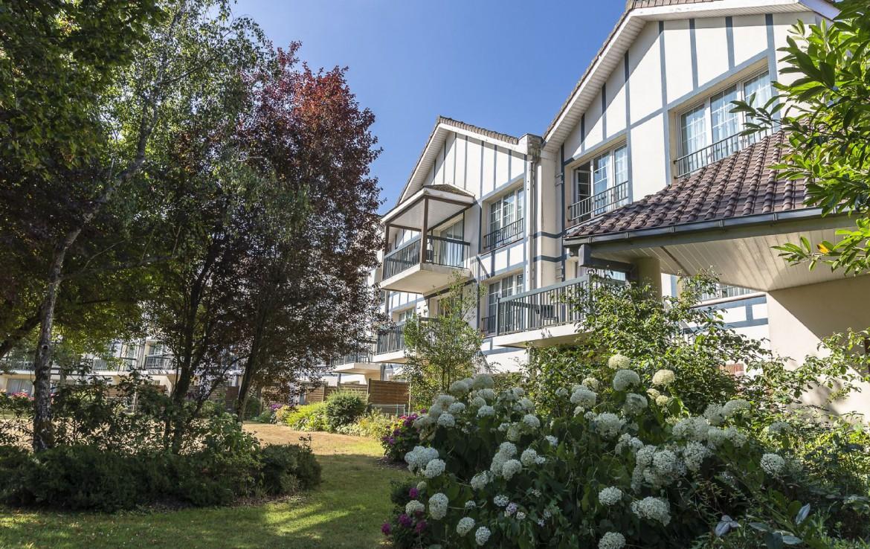 golf-expedition-golf-reizen-frankrijk-regio-pas-de-calais-hotel-du-parc-zijkant-hotel-met-tuin.jpg