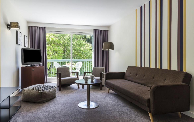 golf-expedition-golf-reizen-frankrijk-regio-pas-de-calais-hotel-du-parc-zit-ruimte-met-tv-en-balkon.jpg