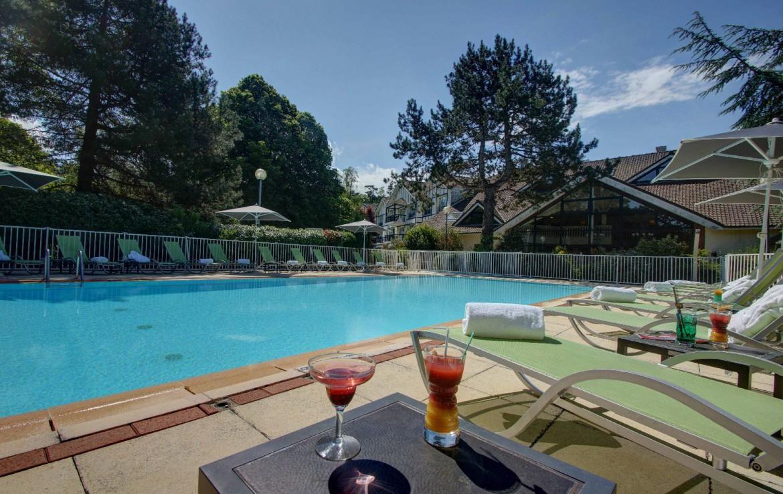 golf-expedition-golf-reizen-frankrijk-regio-pas-de-calais-hotel-du-parc-zwembad-ligbedden.jpg