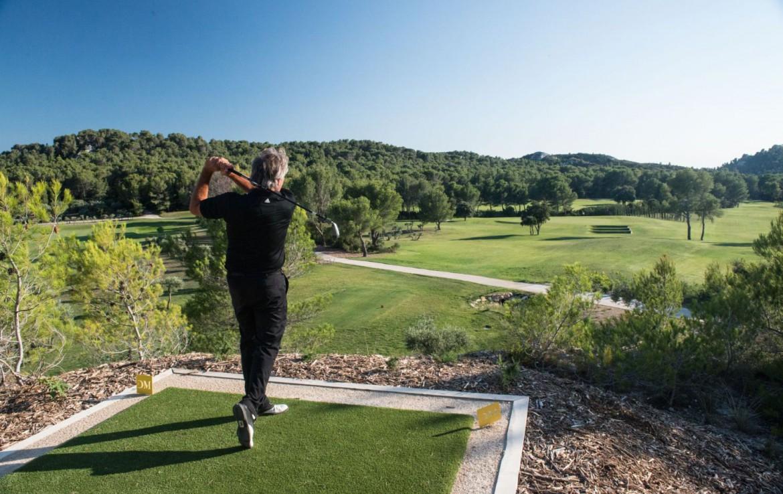 golf-expedition-golf-reizen-frankrijk-regio-provence-chateau-talaud-golfer-op-start-uitzicht-golfbaan.jpg