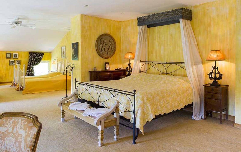 golf-expedition-golf-reizen-frankrijk-regio-provence-chateau-talaud-klassiek-ingericht-slaapkamer-voor-vier-personen-geel.jpg