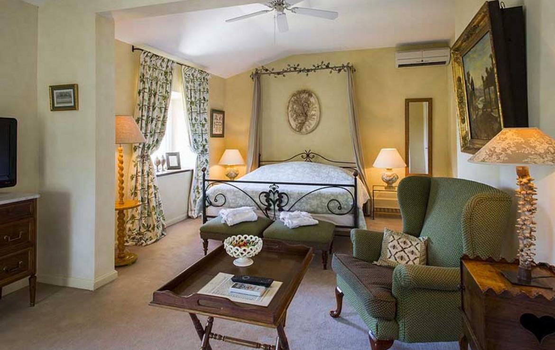 golf-expedition-golf-reizen-frankrijk-regio-provence-chateau-talaud-klassiek-ingerichte-slaapkamer-met-stoel-en-tv.jpg