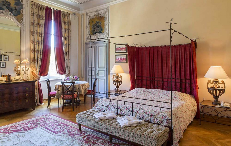 golf-expedition-golf-reizen-frankrijk-regio-provence-chateau-talaud-slaapkamer-twee-personen-klassieke-stijl-tafel-met-stoelen.jpg