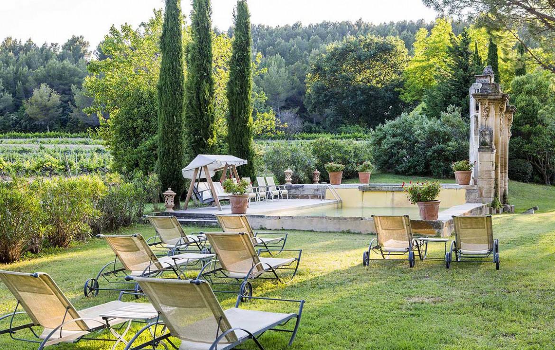 golf-expedition-golf-reizen-frankrijk-regio-provence-chateau-talaud-zwembad-met-uitzicht-op-wijngaard-en-ligbedden.jpg