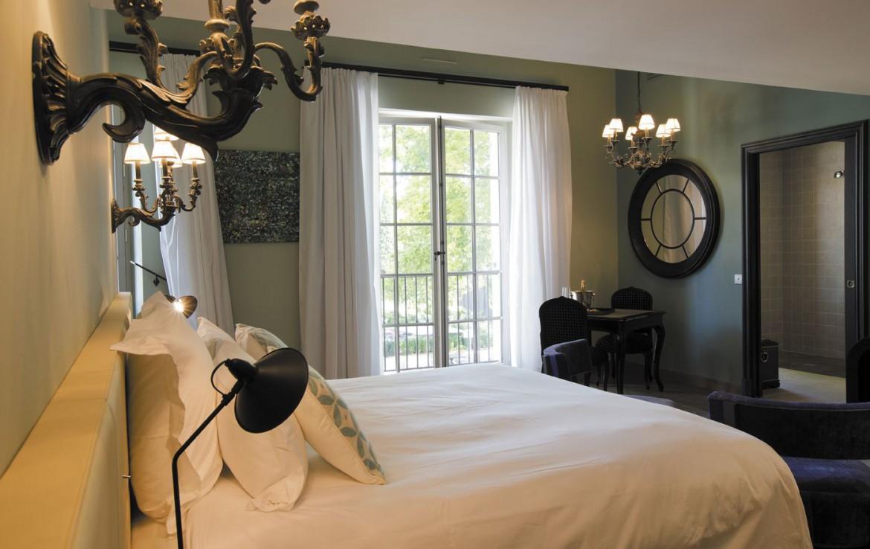golf-expedition-golf-reizen-frankrijk-regio-provence-domaine-de-manville-klassiek-stijlvol-ingerichte-slaapkamer-met-badkamer.jpg