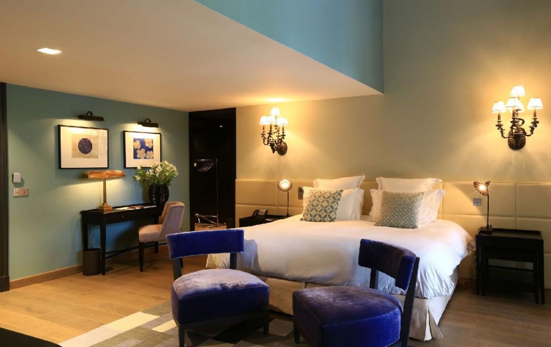 golf-expedition-golf-reizen-frankrijk-regio-provence-domaine-de-manville-slaapkamer-met-stoelen-en-bureau.jpg