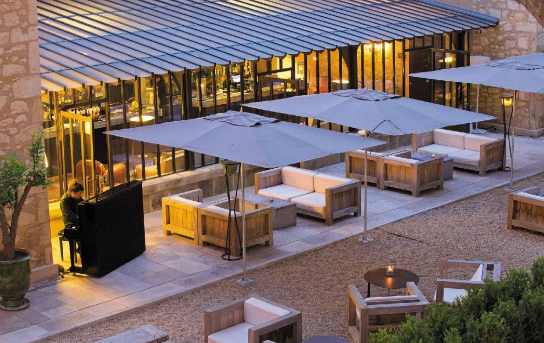 golf-expedition-golf-reizen-frankrijk-regio-provence-domaine-de-manville-terras-avond-pianist.jpg
