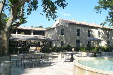 golf-expedition-golf-reizen-frankrijk-regio-provence-domaine-de-manville-voorkant-accommodatie-zwembad-met-terras.jpg