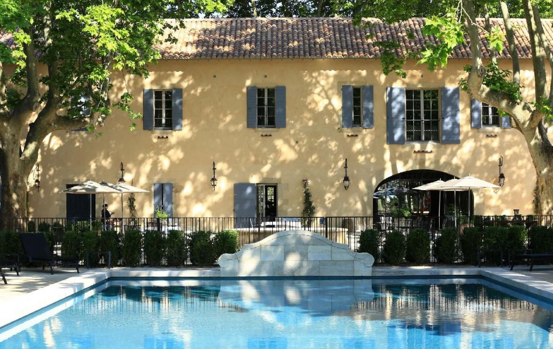 golf-expedition-golf-reizen-frankrijk-regio-provence-domaine-de-manville-zwembad-met-kamers-achtergrond.jpg