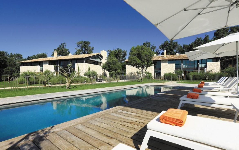 golf-expedition-golf-reizen-frankrijk-regio-provence-domaine-de-manville-zwembad-met-ligbedden-villa.jpg