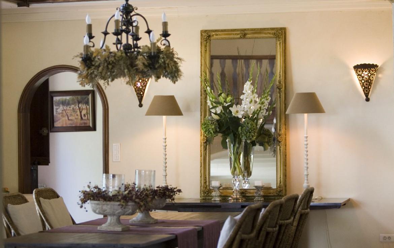 golf-expedition-golf-reizen-frankrijk-regio-provence-domaine-les-serres-eettafel-met-decoratieve-spiegel.jpg