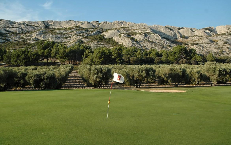 golf-expedition-golf-reizen-frankrijk-regio-provence-domaine-les-serres-golfbaan-grenzend-aan-bergen-green.jpg