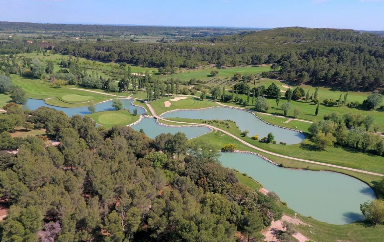 golf-expedition-golf-reizen-frankrijk-regio-provence-domaine-les-serres-golfbaan-natuurlijke-omgeving-water-hazard.jpg