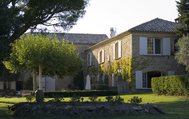 golf-expedition-golf-reizen-frankrijk-regio-provence-domaine-les-serres-voorkant-gebouw-met-tuin.jpg