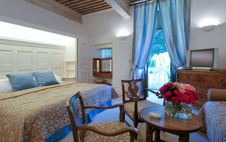 golf-expedition-golf-reizen-frankrijk-regio-rhone-alpes-abbaye-de-talloires-blauwe-stijl-slaapkamer-tafel-stoelen-tv.jpg