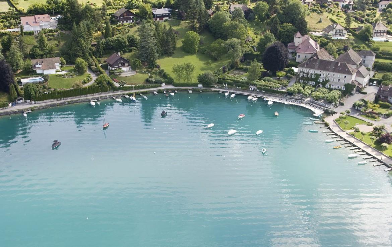 golf-expedition-golf-reizen-frankrijk-regio-rhone-alpes-abbaye-de-talloires-drone-water-accommodatie.jpg