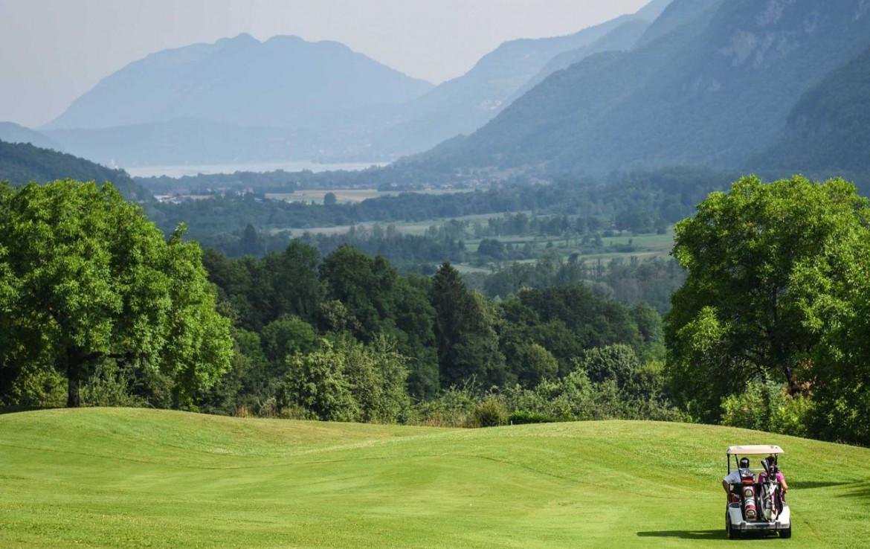 golf-expedition-golf-reizen-frankrijk-regio-rhone-alpes-cottage-bise-golfkar-op-golfbaan-bergen.jpg