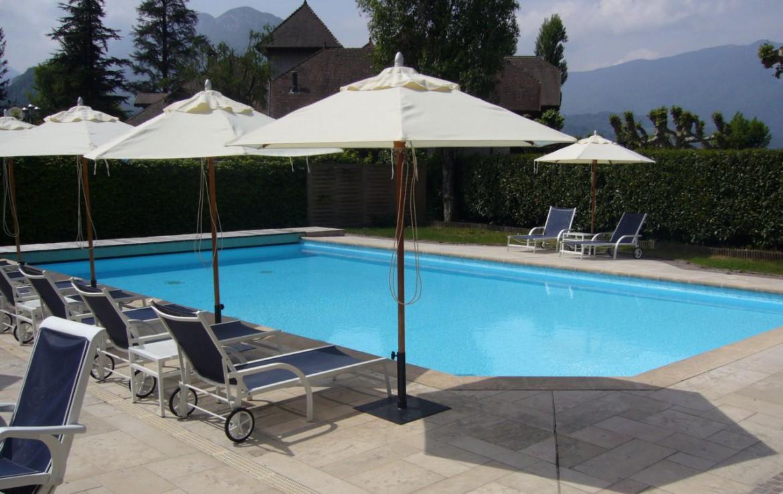 golf-expedition-golf-reizen-frankrijk-regio-rhone-alpes-cottage-bise-ligbedden-bij-zwembad.jpg