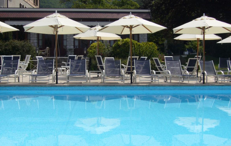 golf-expedition-golf-reizen-frankrijk-regio-rhone-alpes-cottage-bise-luxe-zwembad-parasol-ligbedden.jpg
