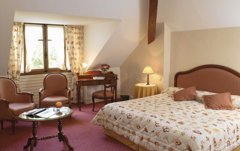 golf-expedition-golf-reizen-frankrijk-regio-rhone-alpes-cottage-bise-slaapkamer-stoelen-tafel.jpg