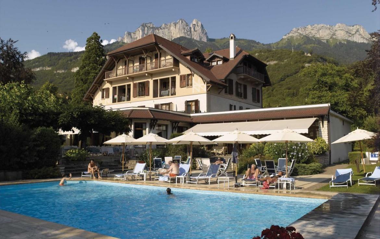 golf-expedition-golf-reizen-frankrijk-regio-rhone-alpes-cottage-bise-zwembad-bij-hotel.jpg