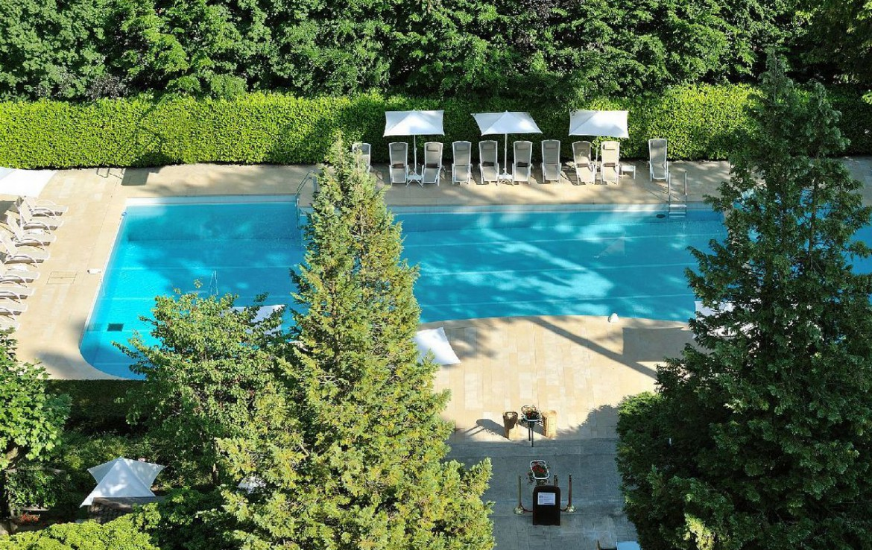 golf-expedition-golf-reizen-frankrijk-regio-rhone-alpes-domaine-de-divonne-drone-zwembad.jpg