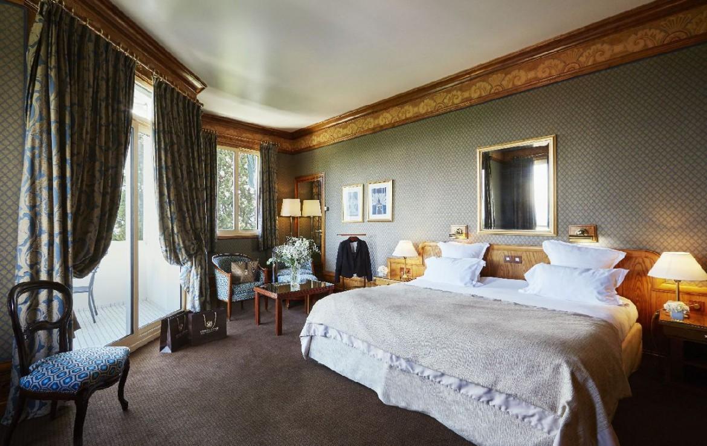 golf-expedition-golf-reizen-frankrijk-regio-rhone-alpes-domaine-de-divonne-luxe-slaapkamer-met-zitruimte.jpg