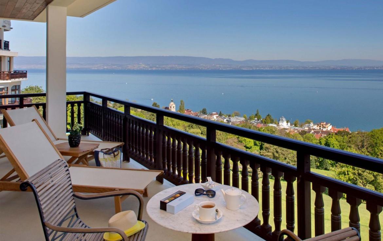 golf-expedition-golf-reizen-frankrijk-regio-rhone-alpes-evian-royal-resort-balkon-met-uitzicht-op-zee.jpg
