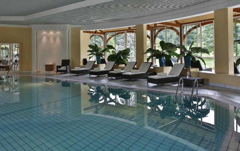 golf-expedition-golf-reizen-frankrijk-regio-rhone-alpes-evian-royal-resort-binnen-zwembad-met-ligbedden.jpg
