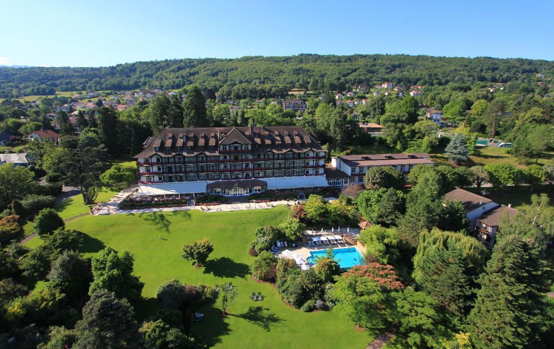 golf-expedition-golf-reizen-frankrijk-regio-rhone-alpes-evian-royal-resort-drone-overzicht-accommodatie-zwembad-resort.jpg