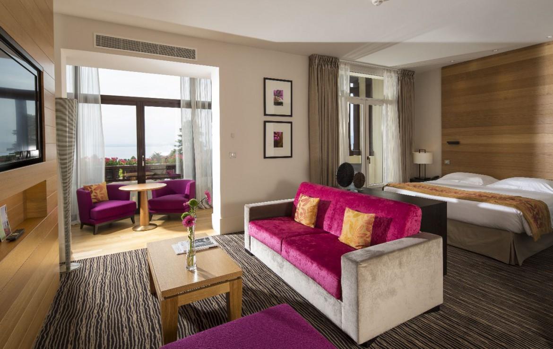 golf-expedition-golf-reizen-frankrijk-regio-rhone-alpes-evian-royal-resort-luxe-slaapkamer-met-zitruimte-en-tv.jpg
