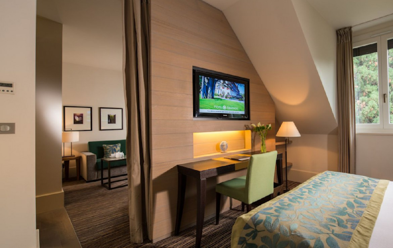 golf-expedition-golf-reizen-frankrijk-regio-rhone-alpes-evian-royal-resort-slaapkamer-bureau-tv-zitruimte.jpg