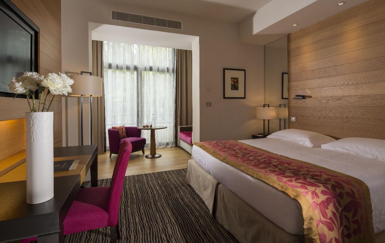 golf-expedition-golf-reizen-frankrijk-regio-rhone-alpes-evian-royal-resort-slaapkamer-met-apart-zitruimte-bureau-stoel.jpg