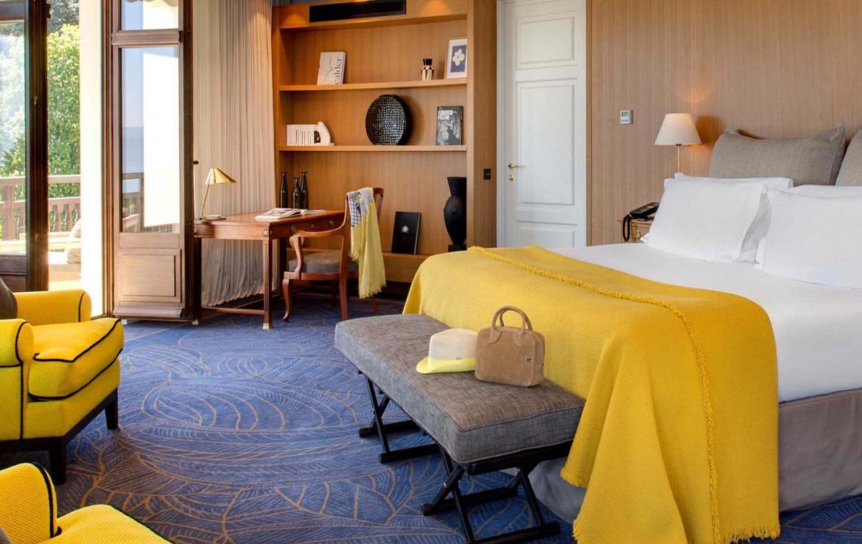 golf-expedition-golf-reizen-frankrijk-regio-rhone-alpes-evian-royal-resort-slaapkamer-twee-personen-stoelen-bureau.jpg