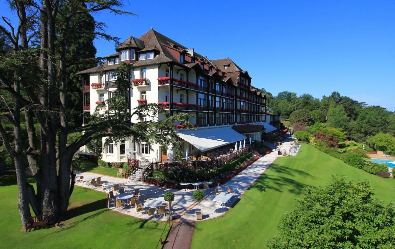 golf-expedition-golf-reizen-frankrijk-regio-rhone-alpes-evian-royal-resort-zijkant-resort-grasveld.jpg