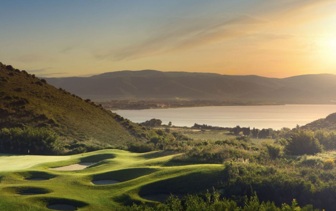 golf-expedition-golf-reizen-italie-toscane-argentario-golf-en-spa-resort-golfbaan-water-bergen-zon-ondergang.jpg