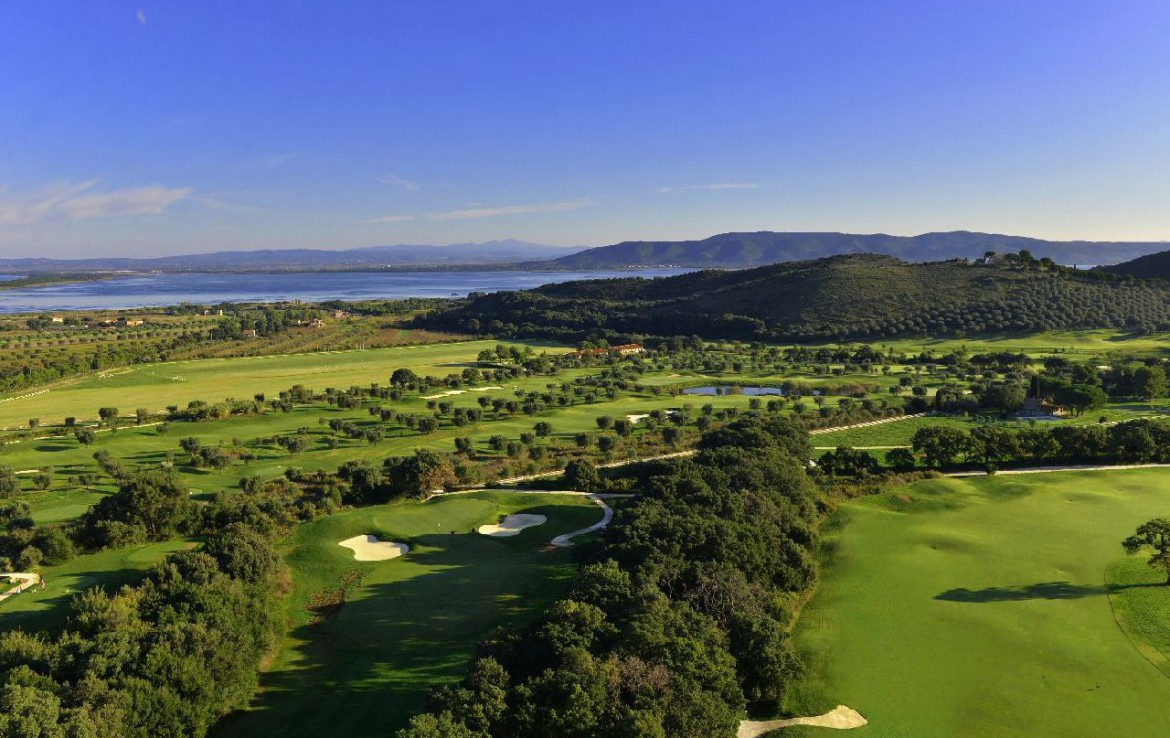 golf-expedition-golf-reizen-italie-toscane-argentario-golf-en-spa-resort-golfbanen-overzicht-zee-bergen.jpg
