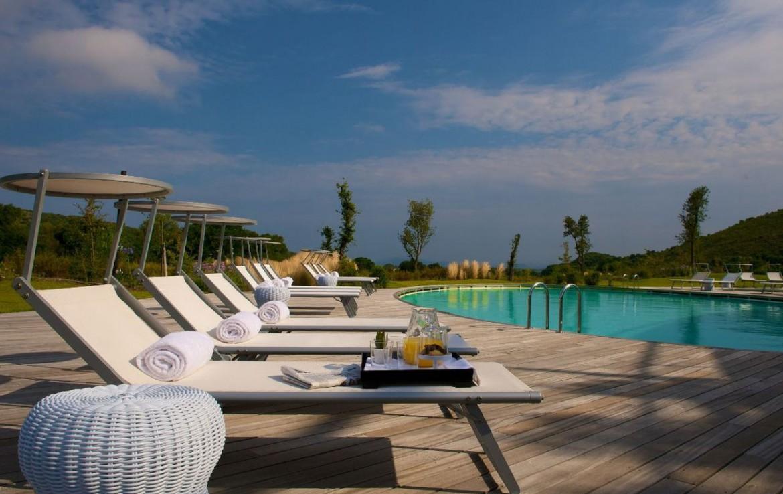 golf-expedition-golf-reizen-italie-toscane-argentario-golf-en-spa-resort-ligbedden-bij-buiten-zwembad.jpg