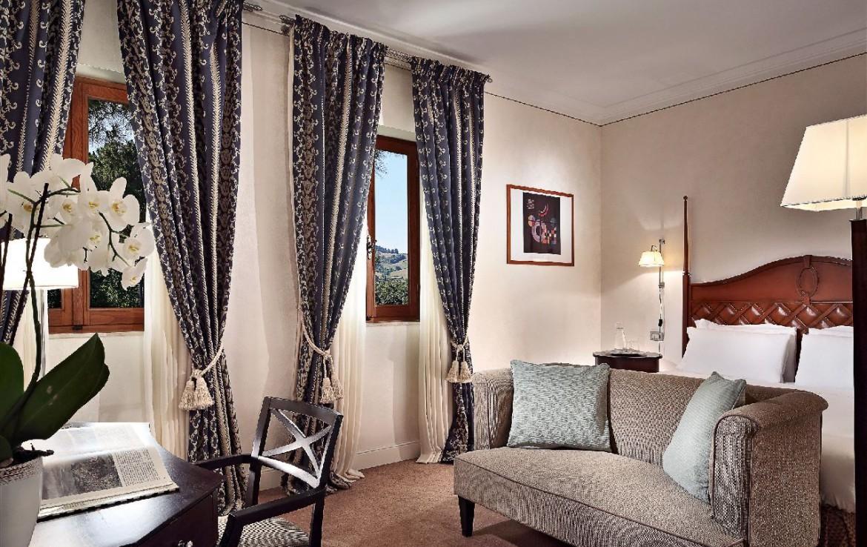 golf-expedition-golf-reizen-italie-toscane-terme-di-saturnia-spa-en-golf-resort-blauwe-slaapkamer-met-bank-en-bureau.jpg