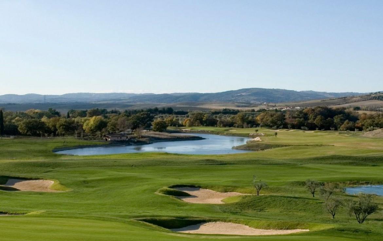 golf-expedition-golf-reizen-italie-toscane-terme-di-saturnia-spa-en-golf-resort-golfbaan-bunker-water-hazard-bergen.jpg